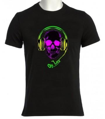 Tee shirt original tête de mort avec un casque qui écoute de la musique